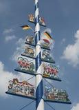 Ein bayerischer Maibaum in München Stockbilder