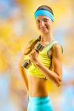 Ein beautyful sportliches Mädchen mit Dumbbell Lizenzfreie Stockfotografie
