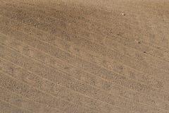 Ein bebautes Feld mit einer Federzahnegge Stockfoto