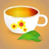 Ein Becher Tee und Blätter Stockfotografie