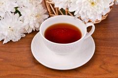 Ein Becher Tee- und Weißchrysanthemen Lizenzfreie Stockbilder