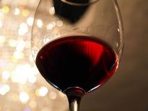 Ein Becher Wein in der Hand Lizenzfreie Stockbilder