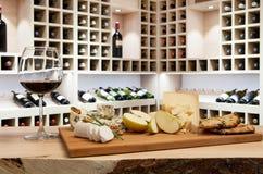 Ein Becher Wein in der Hand Stockfotografie