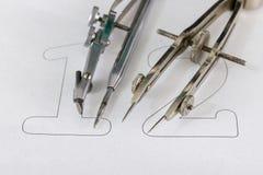 Ein Begleiter für zeichnende Kreise auf einem weißen Blatt Papier Entwurfszusätze für das Zeichnen von technischen Zeichnungen lizenzfreie stockfotografie