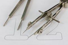 Ein Begleiter für zeichnende Kreise auf einem weißen Blatt Papier Entwurfszusätze für das Zeichnen von technischen Zeichnungen stockbild