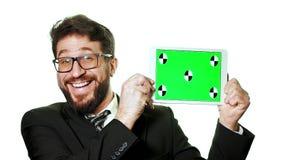 Ein Begriffsmodell Bärtiger Geschäftsmann mit den Gläsern, die eine Tablette mit einem grünen Schirm halten stock video footage