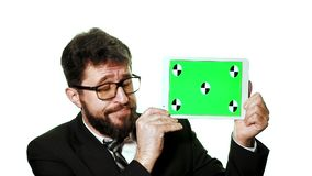 Ein Begriffsmodell Bärtiger Geschäftsmann mit den Gläsern, die eine Tablette mit einem grünen Schirm halten stock video