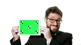 Ein Begriffsmodell Bärtiger Geschäftsmann in den Gläsern, die eine Tablette mit einem grünen Schirm, die Bewegung von der Unterse stock footage