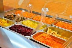 Ein Behälter des eingemachten Gemüses und der Salate: würzige Karotten auf Koreanisch Lizenzfreie Stockfotografie