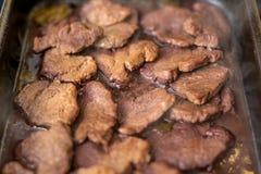 Ein Behälter des Rindfleisches auf einer Heizplatte Stockfoto