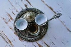 Ein Behälter mit zwei traditionellen leeren Kaffeetassen stockbilder
