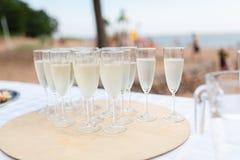 Ein Behälter von Champagnergläsern Lizenzfreies Stockfoto