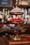 Ein Behälter von schmückt für Cocktails in einer Bar Lizenzfreie Stockfotos