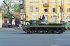 Ein Beh?lter IS-2 nannte Mikhail Balzhi f?hrt entlang Lenin-Allee ?berraschendes Kind lizenzfreie stockbilder