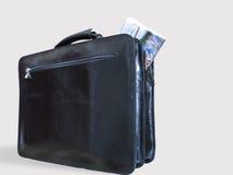 Ein beiläufiger Aktenkoffer und eine Zeitung innerhalb sie lizenzfreie stockbilder