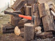 Ein Beil für das Ernten des Holzes auf einem Hintergrund von gefällten Bäumen Stockfoto
