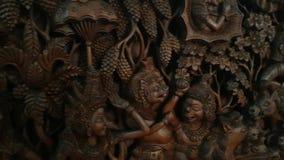 Ein Beispiel der traditionellen asiatischen Kunst schneidet ein Brett mit Szenen vom Leben stock video footage