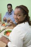 Ein beleibtes Paar, das zusammen Nahrung isst Lizenzfreie Stockbilder