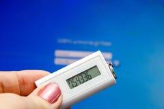 Ein Benutzer gibt Passwort und Passwort am Logon ein Lizenzfreies Stockbild