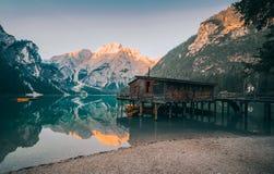 Ein berühmtes Bootshaus am Braies See lizenzfreie stockfotografie