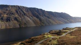 Ein Bergblick, der einen großen See im Vordergrund zeigt lizenzfreies stockfoto