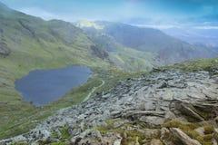 Ein Bergblick, der einen kleinen See zeigt stockbilder