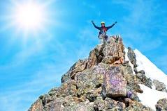 Ein Bergsteiger auf dem Gipfel Stockbilder