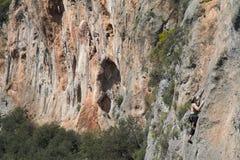 Ein Bergsteiger auf Kalksteinfelsen Lizenzfreie Stockfotografie
