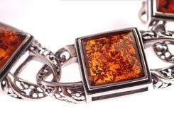 Ein bernsteinfarbiges Armband auf Weiß Stockfotografie