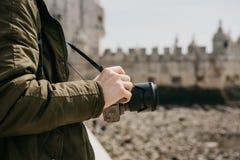 Ein Berufsfotograf oder Junge männlichen touristischen photographes der Anblick in Lissabon in Portugal Hält eine Kamera E stockbilder