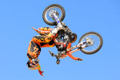 Ein Berufsreiter am Wettbewerb FMX (Freistil-Motocross) an Sport-Barcelona-Spielen LKXA extremen Lizenzfreie Stockbilder