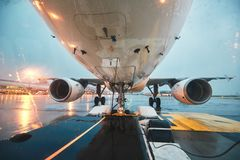 Ein beschäftigter Flughafen im Regen lizenzfreies stockfoto