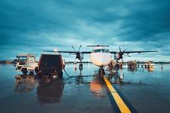 Ein beschäftigter Flughafen im Regen lizenzfreie stockbilder
