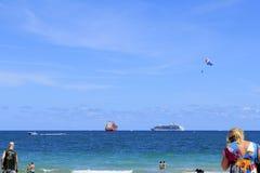 Ein beschäftigter Fort Lauderdale-Strand des freien Tages Lizenzfreies Stockbild