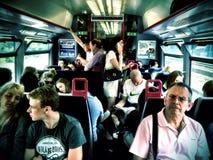 Ein beschäftigter Zug auf ihm ist Weise in London Lizenzfreie Stockfotos