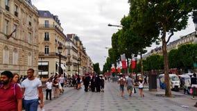 Ein beschäftigtes Handels DES Champs-Elysees in Paris stockfotos