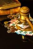 Ein Bestechungsgeld vor Gericht Korruption in der Gerechtigkeit Beurteilen von Hammer- und Eurobanknoten Urteil für Geld lizenzfreies stockfoto