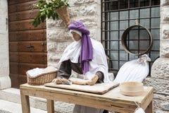 Ein Besuch zur schönen mittelalterlichen Stadt von Umbria Region, während der Weihnachtsfeiertage, mit Krippe von lebensgroßen St lizenzfreies stockbild