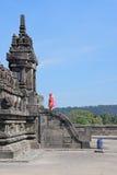 Ein Besucher, der vor einem Tempel bewundert durch die Architektur steht Stockbilder