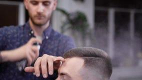 Ein Besucher zum Friseursalon kam zum Salon, um sein Bild, den Friseurgebrauchs-Haarspray zu ändern, um a zu schaffen stock footage