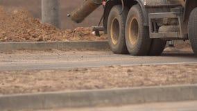 Ein Betonmischer-LKW gießt Mörser in eine Grube, um einen hellen Pfosten zu installieren, errichtet eine Straße, Nahaufnahme, Kop stock footage
