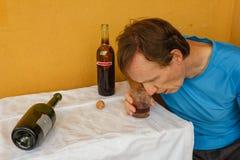 Ein betrunkener Mann auf dem Tisch shumped Stockfoto