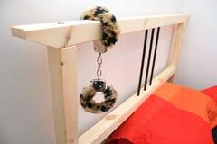 Ein Bett mit angebrachten Handschellen Lizenzfreies Stockfoto