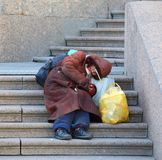 Ein Bettler, der auf der Treppe schläft stockfoto