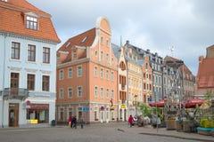 Ein bewölkter Tag im Mai im alten Riga Leute gehen auf ein touristisches Teil von Riga Lizenzfreie Stockfotos
