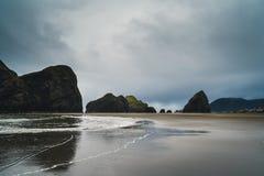 Ein bewölkter Tag am Strand Stockbild