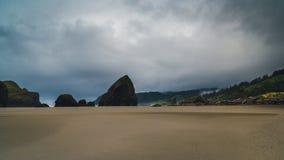 Ein bewölkter Tag am Strand Stockbilder