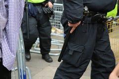Ein bewaffneter Polizeibeamteaufgabengurt stockfotografie