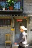 Ein Bewohner des Westens, der durch ein hutong in Peking geht lizenzfreie stockbilder