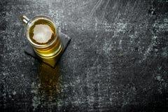 Ein Bierkrug auf dem Stand stockfoto